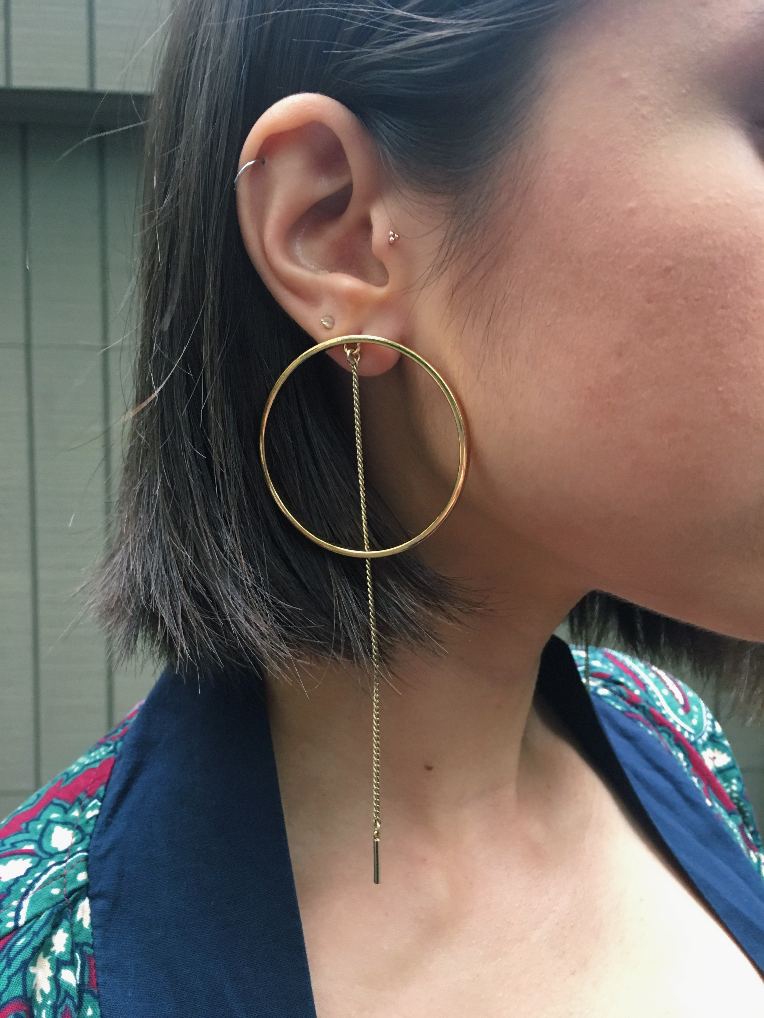 Fashion blogger That Time I Wore wears gold hoop earrings from Jenny Bird Jewelry.